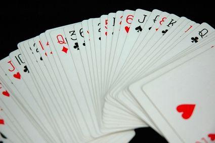 Cartas de baralho desorganizadas e fora de ordem